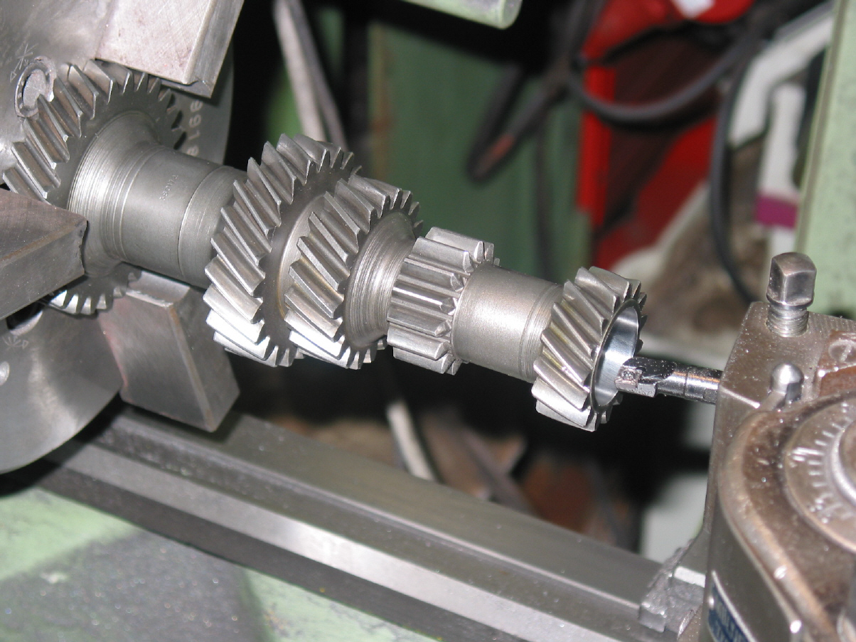 Oldtimer & Klassiker - Drehbank und Fräsmaschine unterstützen uns bei Reparatur, Restauration und Umbauten.
